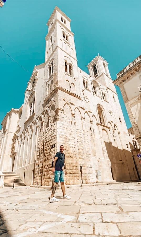 ragazzo davanti alla bellissima Cattedrale di Maria Assunta da vedere a Giovinazzo