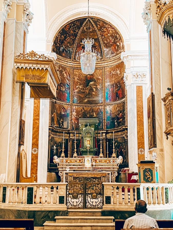 Altare all'interno della cattedrale di Santa Maria Assunta di Giovinazzo