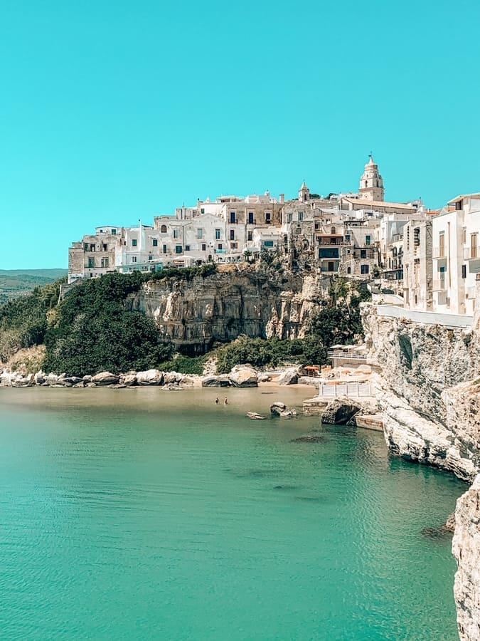 Bellissima vista panoramica sul centro storico di Vieste e mare