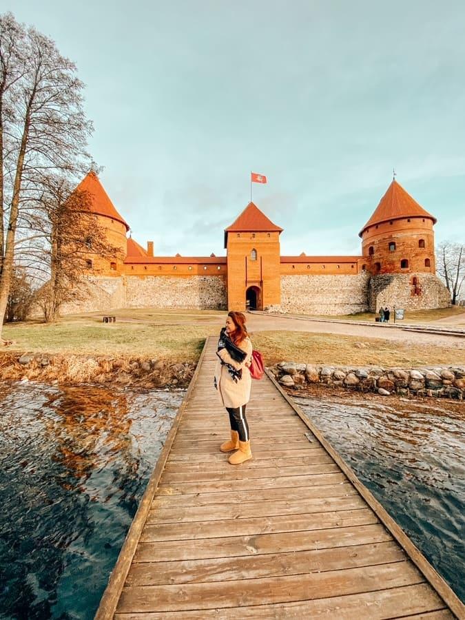 ragazza infreddolita ma felice di visitare castello di Trakai in Lituania
