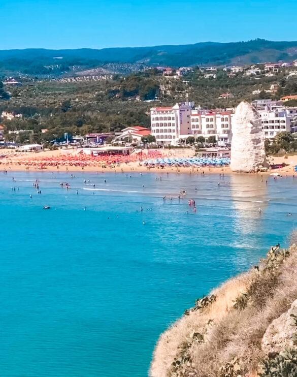 Vista panoramica sulla spiaggia e roccia di Pizzomunno e baia di Vieste