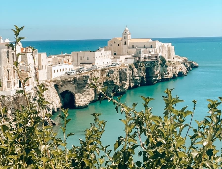 vista panoramica sulla Chiesa di San Francesco di Vieste e mare