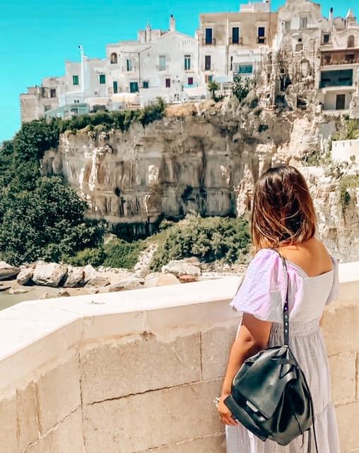 Ragazza osserva un bellissimo punto panoramico sul centro storico di Vieste