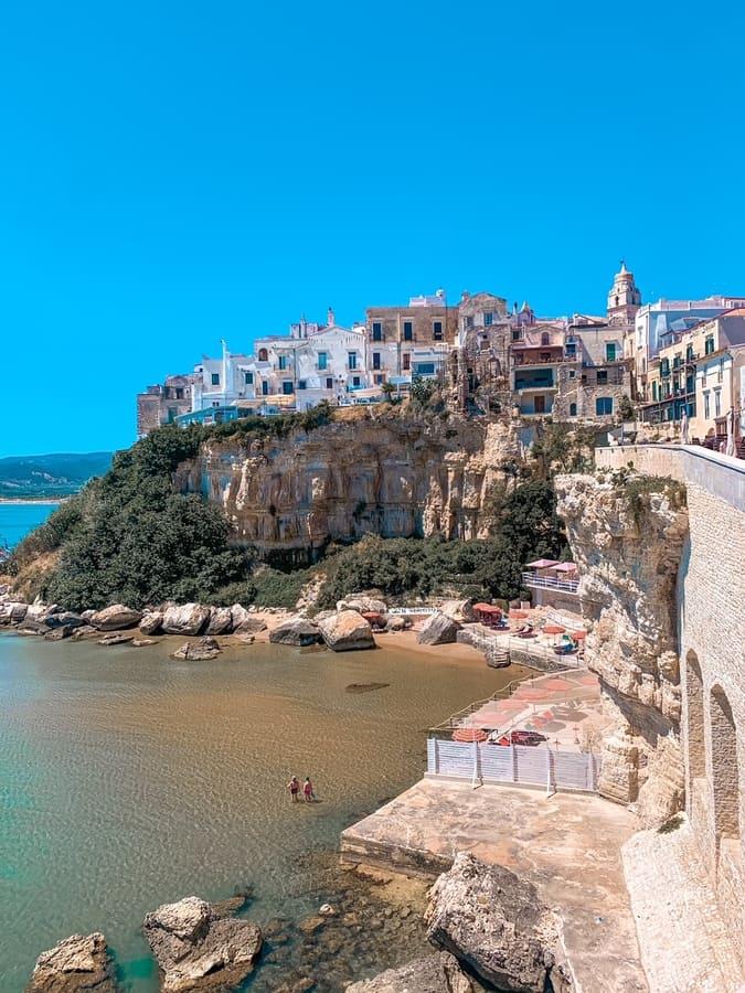 punto instagrammabile di Vieste con vista panoramica sul borgo e mare cristallino